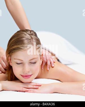 Junge Frau, die erste massage - Stockfoto