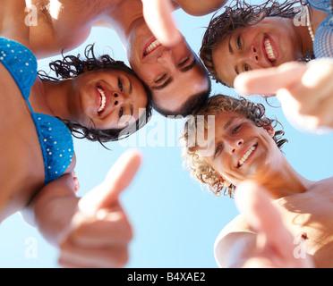 Niedrigen Winkel Ansicht von jungen Freunden im huddle - Stockfoto