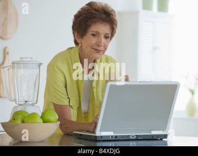 Ältere Frau mit laptop - Stockfoto