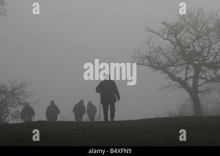 Wanderer im Nebel in Newlands Ecke in der Nähe von Guildford Dezember 2006 - Stockfoto