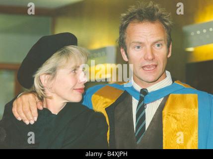 LIB-Sänger Sting Erhalt seiner Ehrendoktorat von Musik von der University of Northumbria für seinen Beitrag zu den Künsten und sein Einfluss auf die Ökologie Bild mit seiner Frau Trudie Styler 13. November 1992