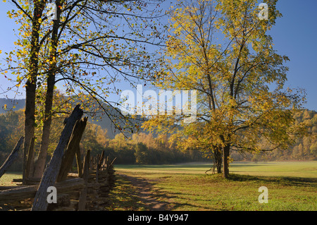 Oconaluftee Visitor Center im Great Smoky Mountains Nationalpark im Herbst. - Stockfoto
