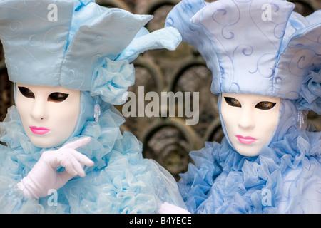 Zwei Masken in Venedig Italien (Fokus auf der richtigen Maske) - Stockfoto