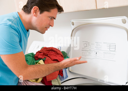 Mann, die Wäsche - Stockfoto