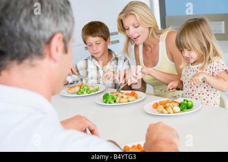 Familie eine Mahlzeit zusammen - Stockfoto