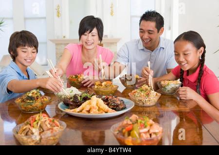 Familie Mahlzeit zusammen genießen - Stockfoto
