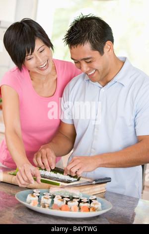 Paar Sushi gemeinsam vorbereiten - Stockfoto