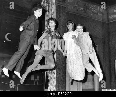 Peter Pan zieht Dawn Addams zweite von links mit Alison Frazer als Wendy David Morris wie John und rechtsextremen - Stockfoto