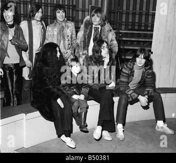 Beatles-Dateien 1968 John Lennon mit Yoko Ono mit Sohn Julian Rolling Stones Bill Wyman Charlie Watts Brian Jones - Stockfoto