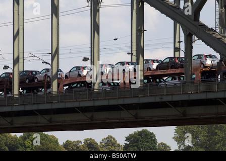 Neue Autos transportiert werden, mit der Bahn aus dem Ford-Werk in Köln, Nordrhein-Westfalen, Deutschland. - Stockfoto