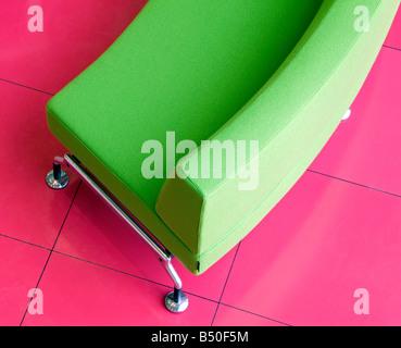 Draufsicht auf eine Rezeption Stuhl gegen eine rosa Stock - Stockfoto