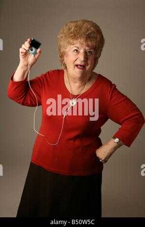 Senioren, groovende Musik auf einem iPod - Stockfoto