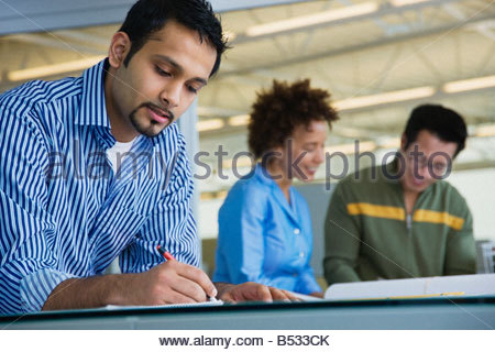 Multi-ethnischen Geschäftsleute arbeiten im Büro - Stockfoto