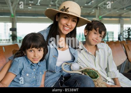 Hispanische Familie warten im Flughafen Stockfoto