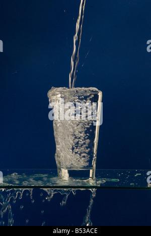 überlaufende Wasser Glas - Stockfoto