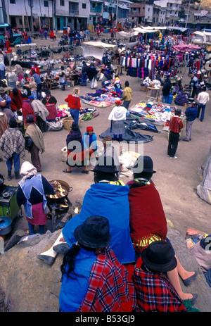 Ecuadorianer Person neue und gebrauchte Kleidung Lieferanten am Markttag Zumbahua Cotopaxi Provinz Ecuador Südamerika - Stockfoto