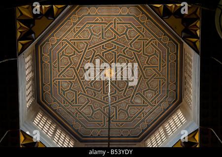 Geometrischen Arabesken Mustern verzieren Obergrenze der Madrasa al-Gawhariyya in Al Azhar Moschee Universität in - Stockfoto