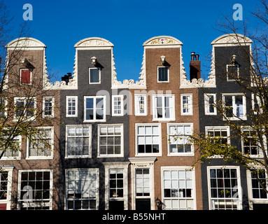 Detail der Satteldächer auf alten historischen Häuser in Amsterdam Niederlande 2008 - Stockfoto