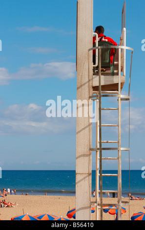 Rettungsschwimmer-Turm am Strand von Maspalomas auf Gran Canaria auf den Kanarischen Inseln - Stockfoto