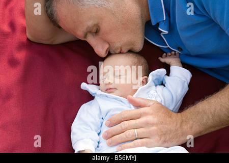 Ein Vater seine Tochter auf den Kopf küssen - Stockfoto