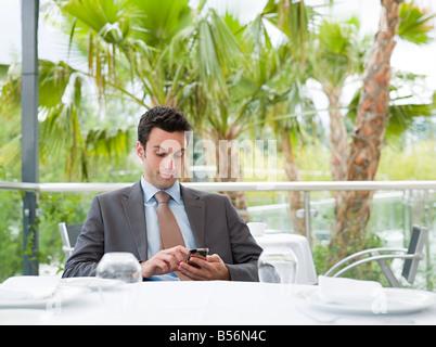 Ein Geschäftsmann mit einem Handy - Stockfoto