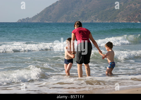 Mutter und zwei Söhne, Paddeln im Meer bei Six Fours Les Plages Strand Provence Frankreich - Stockfoto