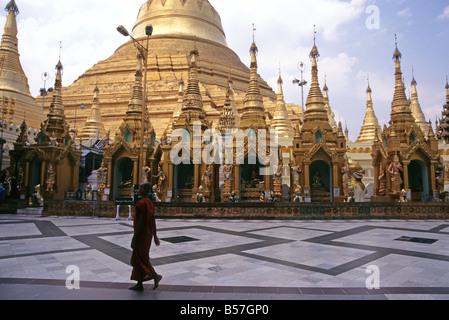 Einsamer Mönch auf Marmor Bereich vor goldenen Shwedagon-Pagode, Yangon, Myanmar (Burma), Südost-Asien - Stockfoto