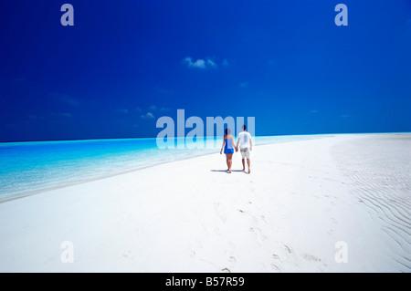 Paar am Strand, Malediven, Indischer Ozean, Asien - Stockfoto