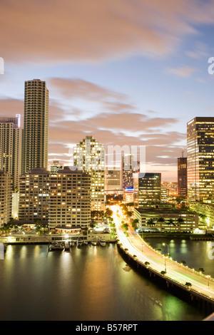 Die Skyline der Innenstadt bei Dämmerung, Miami, Florida, Vereinigte Staaten von Amerika, Nordamerika - Stockfoto
