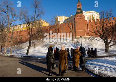 Blick vom Alexandergarten mit Blick auf den Kreml-Mauer und Borovitskaya Turm, Moskau, Russland, Europa - Stockfoto