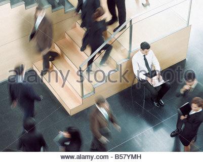 Geschäftsmann, arbeiten in geschäftiges Büro Korridor - Stockfoto
