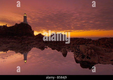 Dramatischen Sonnenuntergang Ebbe und Flut, Corbiere Leuchtturm, St. Ouens, Jersey, Kanal-Inseln, Großbritannien, - Stockfoto