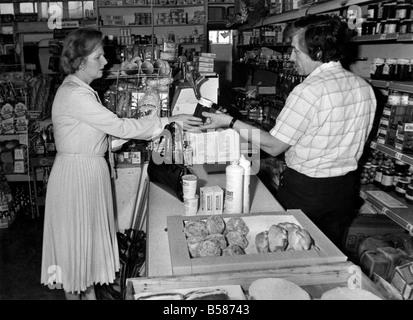 Sorgfältige Shopper: Frau Margaret Thatcher mit Lebensmittelhändler John Shean. März 1983 P005083 - Stockfoto