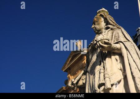 Detail der Statue der Königin Victoria außerhalb Leamington Spa Rathaus auf der Parade in Royal Leamington Spa, - Stockfoto