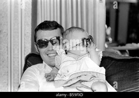 Boxer Alan Minter an seine Heimat Crawley Sussex mit seinen sechs Monate alten Tochter Kerry abgebildet. April 1977 - Stockfoto