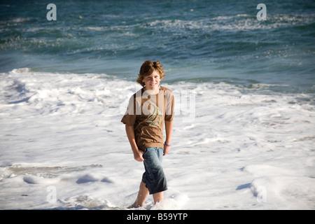 Ein Junge, genießen die Sonne und das Meer in Santa Cruz, Kalifornien - Stockfoto