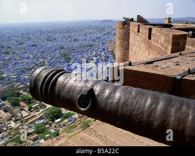 Alte Kanone und Blick über die Altstadt vom Fort Jodhpur Rajasthan Staat Indien Asien - Stockfoto