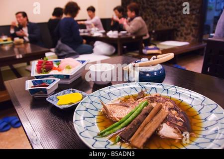 Traditionelle japanische Gerichte von Sushi und Fisch Kopf, Tokio, Insel Honshu, Japan - Stockfoto