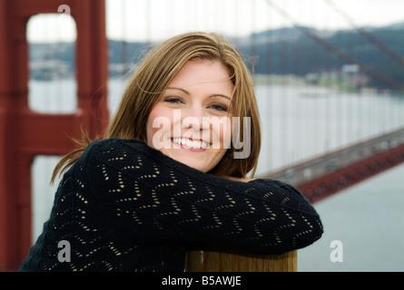 junge schöne Frau glücklich lächelnd Lachen einziges Mädchen vor golden Gate Brücke San Francisco Californien Kalifornien - Stockfoto