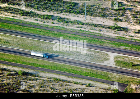 Luftaufnahme über LKW-LKW auf der Interstate Highway 10 Texas - Stockfoto