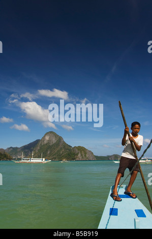 Junge, Boot, Bootfahren, Cadlao Insel Bacuit Bay Stadt El Nido, Palawan Province, Philippinen, Südostasien - Stockfoto