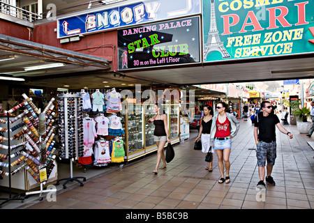 Menschen, die zu Fuß durch das Einkaufszentrum Puerto Rico Tourist resort Gran Canaria Spanien - Stockfoto