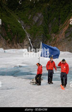 Drei Hubschrauber Reiseleiter im Basislager auf Mendenhall-Gletscher in der Nähe von Juneau, Alaska - Stockfoto