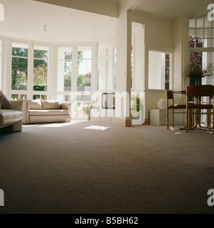 Lange Sicht Des Grauen Teppich In Offene Ess Und Wohnzimmer Mit Weissen Sofa Vor Fenster