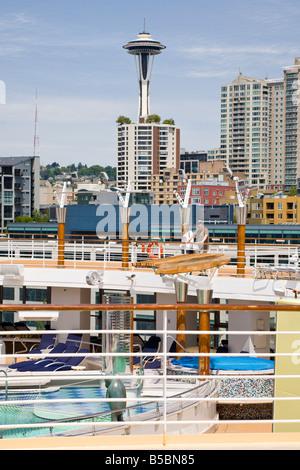 Seattle Space Needle und Stadtbild hinter junges Paar auf Kreuzfahrtschiff auf Elliot Bay. - Stockfoto