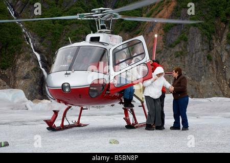 Helicoptor Piloten und Crew helfen Touristen immer aus Tour Hubschrauber auf Mendenhall-Gletscher in der Nähe von - Stockfoto