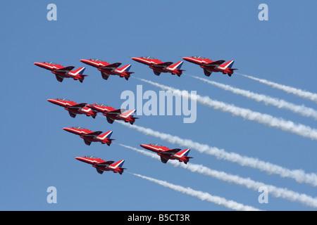 Die Royal Air Force Red Arrows aerobatic Team, die sich in der Ausbildung und der Generierung von Rauch flying Wanderwege - Stockfoto