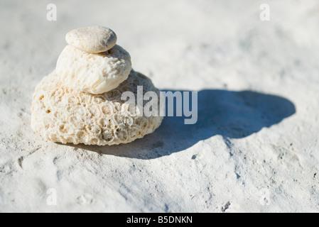 Korallen und Felsen aufeinander gestapelt, wirft Schatten - Stockfoto