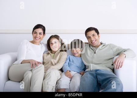 Familie zusammen auf Sofa sitzen, Lächeln - Stockfoto