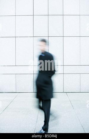Geschäftsmann, eilte auf Bürgersteig - Stockfoto